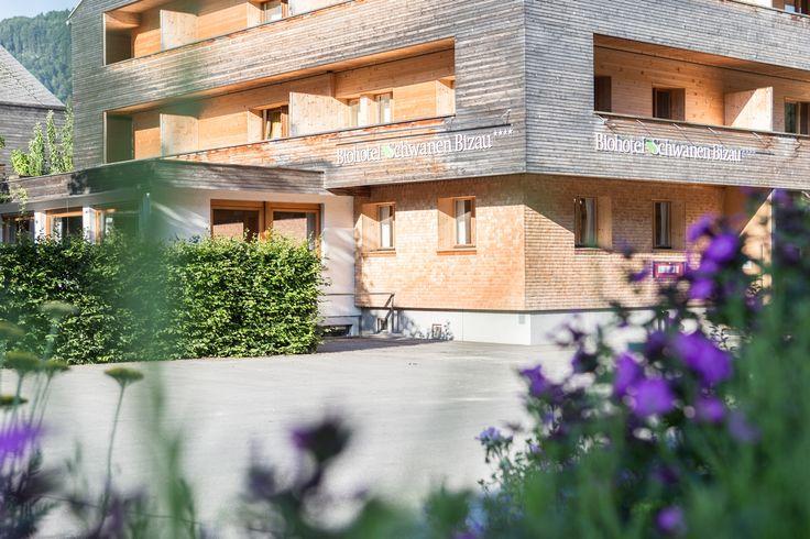 Außenansicht im Sommer vom Biohotel Schwanen