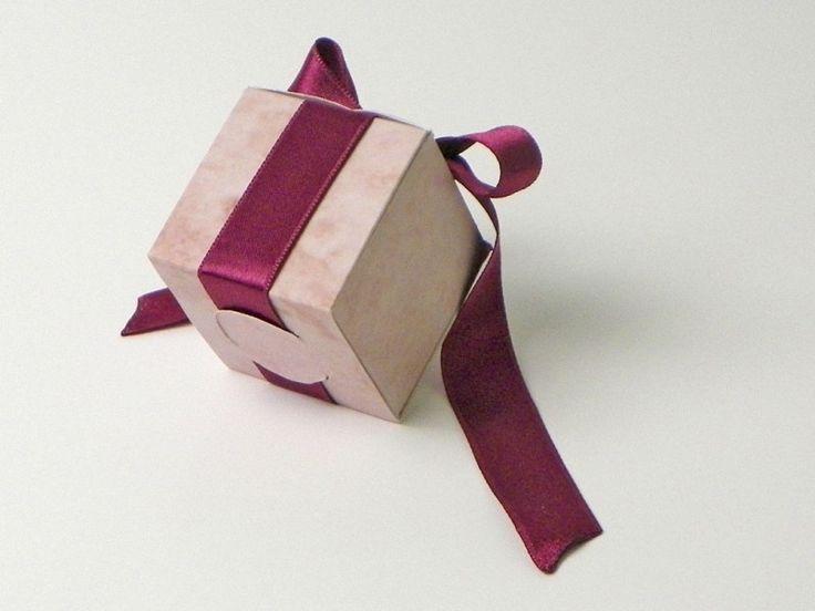 Kratak video klip demonstrira originalnu ideju za kutiju sa satenskom trakom. Po vašem zahtevu, sa vašim logom/dizajnom, u bilo kojoj veličini...