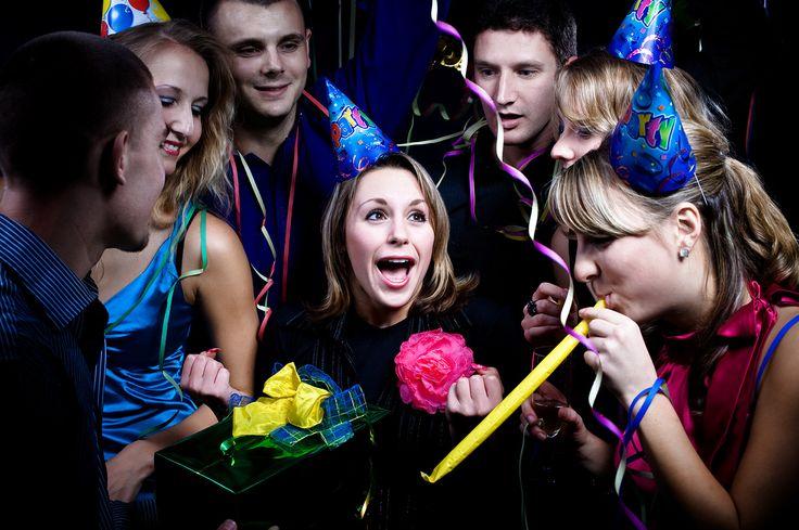 Birinin doğum gününü kutlamak sevilen insanlarla paylaşılacak önemli bir etkinliktir. Peki doğum günü partisi hazırlığında neler yapmak gerekir?