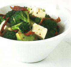 Broccoli all'aglio con formaggio feta