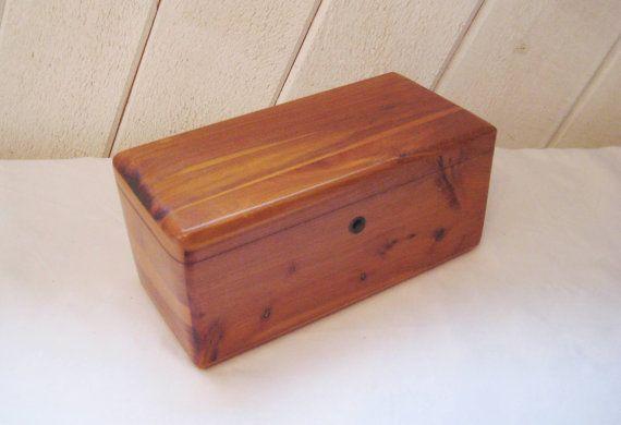 Pequeño cofre de cedro Lane, caja de cedro, tapa con bisagras, caja de joyería de madera, caja de madera vintage, muestra del hombre de las ventas