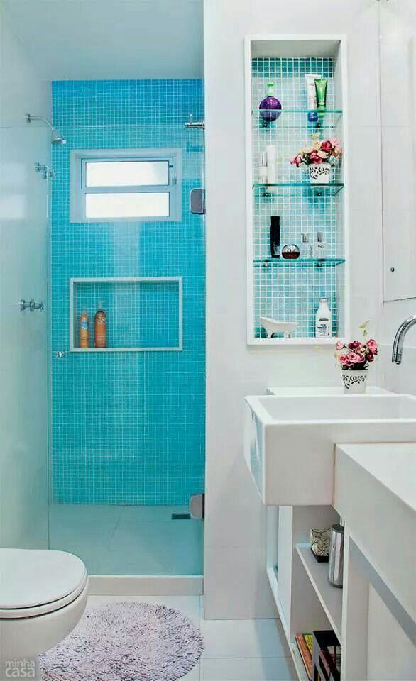 Pilar no banheiro bem utilizado. A ideia das pastilhas é boa, mas acho que o ideal seria dar uma mesclada nos tons de azul. Gosto muito do gabinete.