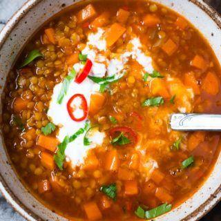Schnelle Linsensuppe mit Ingwer und Chili - in 30 Minuten fertig und SUPER lecker! Dieses Rezept ist gesund, vegan und das perfekte schnelle Abendessen.