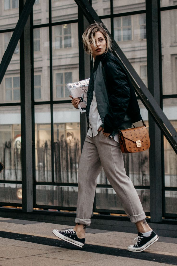 Wochenrückblick #43 | Fashion Blog from Germany. White shirt+biege pants+black sneakers+grey and balck bomber jacekt+brown crossbody. Fall Outfit 2016