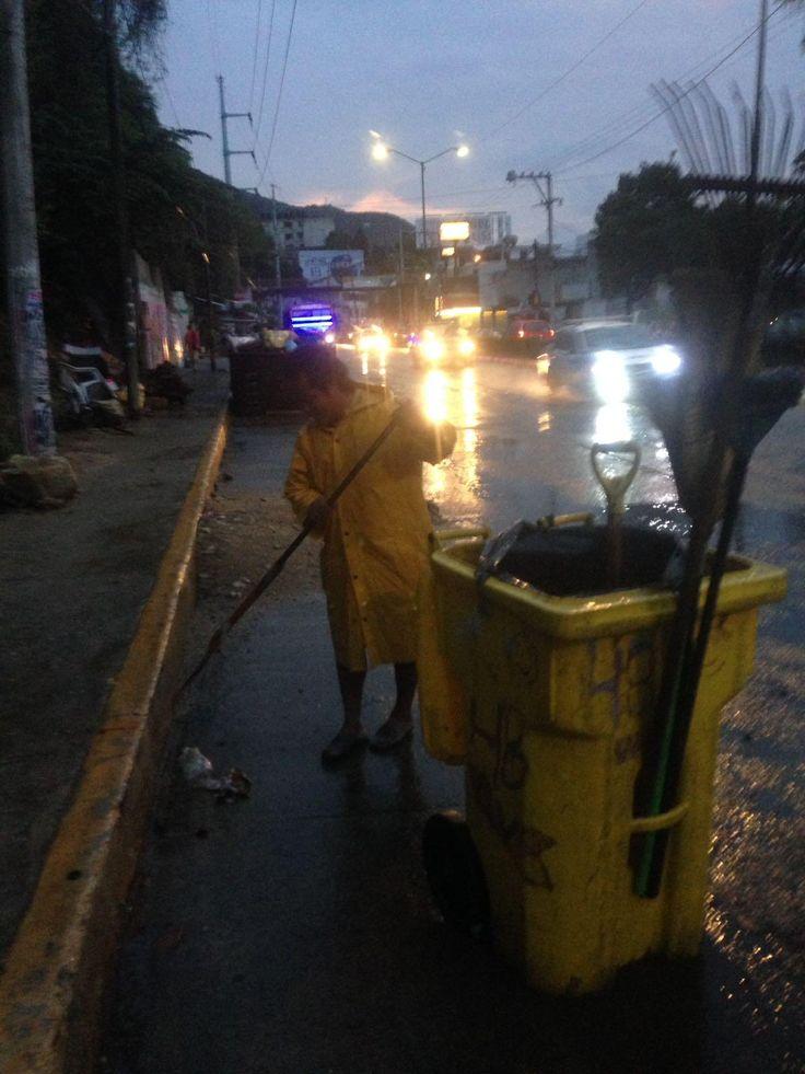 Gobierno de Acapulco ] ACAPULCO, Gro. * 30 de mayo de 2017. Alrededor de 150 trabajadores operativos de la Dirección de Saneamiento Básico, divididos en 8 cuadrillas, atienden el arrastre de basura, lodo y arena que han dejado las recientes precipitaciones en el puerto, siendo parte del...
