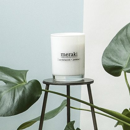 Meraki Sandalwood Candle: An uplifting candle with a gorgeous scent of Sandalwood & Jasmine by Meraki in Denmark. The candle is made from soya been oil and is thus a 100% natural product. This gives you a clean candle that sets off less soot compared to a regular candle.
