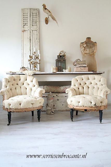 Servies en Brocante. Love the old chairs!