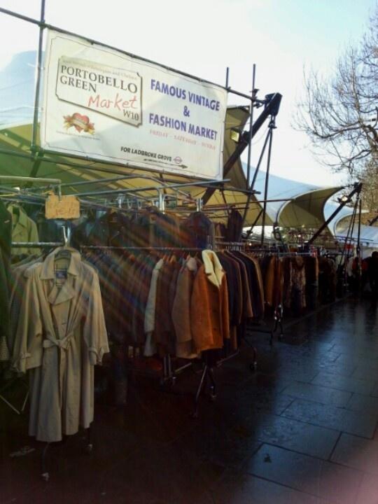 Vintage Clothes en #Portobello #London. El Mercado de Portobello gira en torno a las antigüedades y es el más grande de Gran Bretaña.