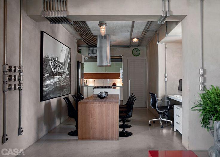 O revestimento cimentício, da NS Brazil, cobre tanto o piso como as paredes, criando um visual uniforme, o que traz a impressão de amplitude. Ele foi escolhido em sintonia com o concreto aparente do teto, mantido após a retirada do forro. Projeto de Caio Bandeira