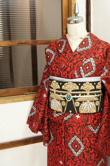 白黒モノトーンと赤のカラーリングも華やかに、西洋の宮殿を彩る装飾模様のようなビンテージレースのようなロマンチックな格子模様が織り出された銘仙袷着物です。