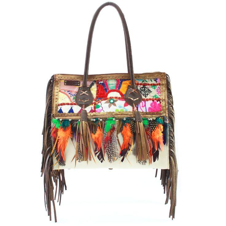 Bolso de piel combinado de liso con tapicería hindú, plumas y dobles flecos laterales en fuelle.