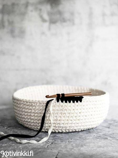 Virkattu pyykkikori on sekä kaunis että kätevä. Tee pyykkikoriin kahvat, joista se on helppo siirtää paikasta toiseen tai nostaa seinälle roikkumaan. Katso ohje ja tartu koukkuun!