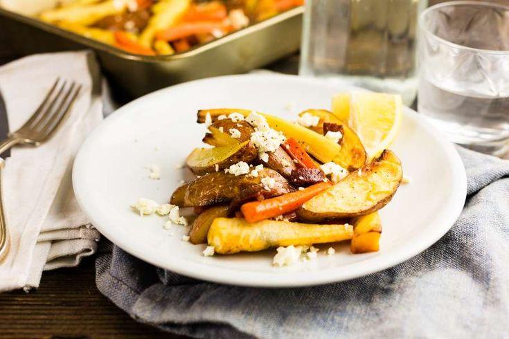 Recept voor geroosterde wortel voor 4 personen. Met zout, olijfolie, peper, pastinaak, aardpeer, wortel, knoflook, gedroogde tijm, feta en ham