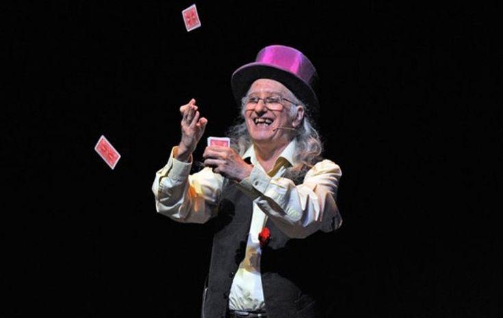 JUAN TAMARIZ Juan Tamariz es, sin duda, uno de los mejores magos del mundo. Durante años ha cultivado un estilo que une los mejores trucos con un sentido del humor innato. En 'Magia Potagia' reúne sus mejores números, repletos de misterio, emoción y telepatía. Simplemente mágico. http://www.kmon.info/es/magia/juan-tamariz-magia-potagia-mas           www.kmon.info