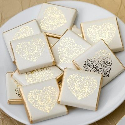 Chocolates vintage romance ivory-gold / Chocolaatjes vintage romance ivoor-goud / Shop your favourite weddingfavors at: https://www.weddingdeco.nl/ / Shop je favoriete trouwbedankjes hier: https://www.weddingdeco.nl/