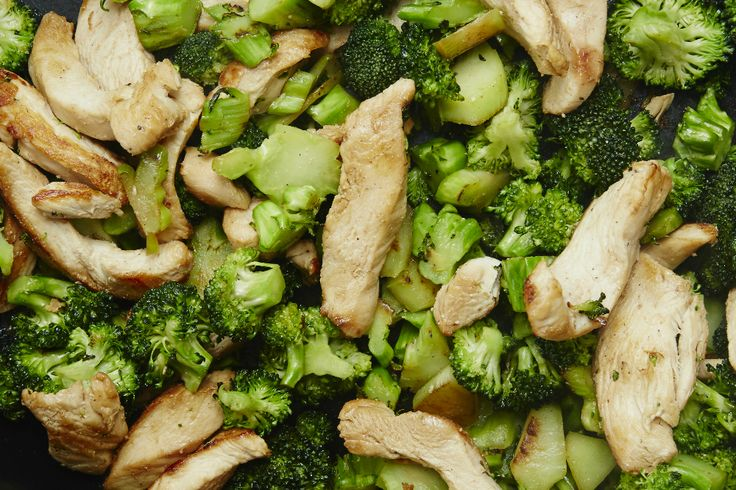 Un délicieux sauté de poulet aux arachides qui fait honneur à la cuisine orientale, tiré du livre Beau, bon, pas cher / recettes pour tous les jours.
