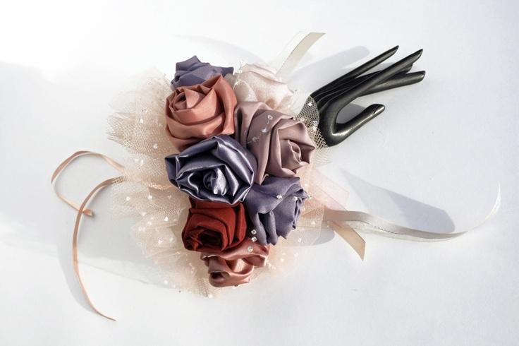 Ava. Bouquet da polso, con rose in diverse tonalità di rosa e lila, e perline di cristallo che brillano con la luce. Molto comodo e versatile.  #MadameBouquet #LeDiveDelCinema #BouquetCreativo #sposaAlternativa #BouquetAlternativo