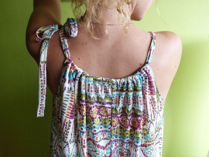 Toujours fan de couture express, j'ai trouvé un modèle réalisé en 2 coups de ciseaux et 3 coutures.... Choississez un bout de tissu en...