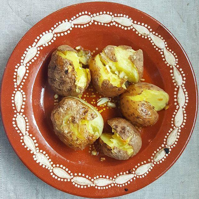 """Batatas assadas a murro, adoro!! São as minhas favoritas  Só tive de cozer as batatas inteiras, dar-lhes um """"murro"""" e levá-las ao forno com azeite e alho... - Punched roasted potatoes, i love those!! They are my favorite  I only had to cook the whole potatoes, give them a """"punch"""" and take them to the oven with olive oil and garlic ...yummy  #vegan #vegetarian #veganfood #potatoes #rosted #food #vegansofig #dinner #vegetariano #vegano #dobem #saudavel #batatas #comida #"""