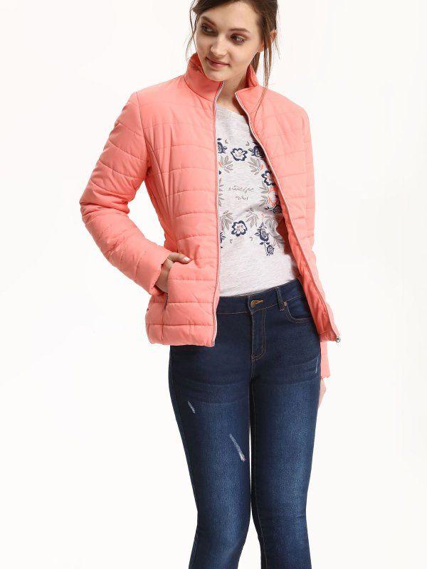 W2017 Kurtka damska różowa  - kurtka krótka - TOP SECRET. SKU0762 Świetna jakość, rewelacyjna cena, modny krój. Idealnie podkreśli atuty Twojej figury. Obejrzyj też inne kurtki tej marki.