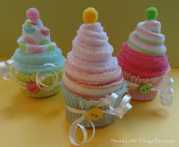 Cupcake hecho con toallitas de bebe , cintas y botones, ideales para regalar en el Baby shower