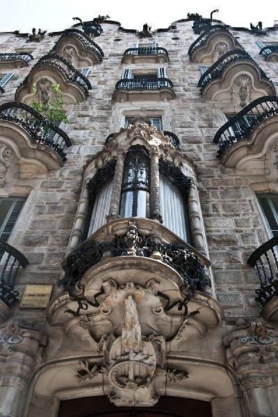 Casa Calvet. 1898 -1900. Antoni Gaudí i Cornet. Barcelona - Casp, 48. Destaca en esta obra el diseño de la fachada. En su trabajo artesanal colaboraron Lluís Badia en el hierro forjado y el carpintero Casas i Bardé en la madera