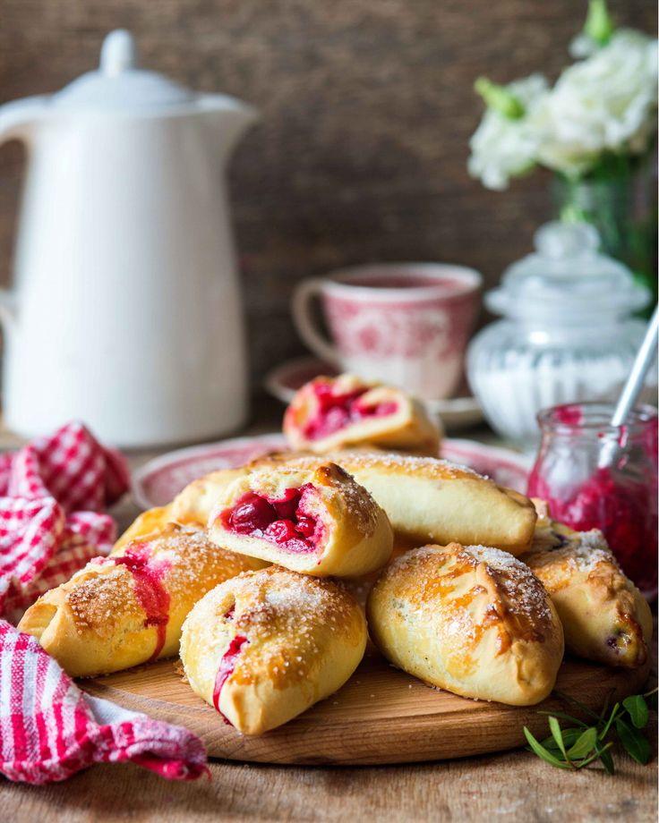 1,396 отметок «Нравится», 24 комментариев — Irina Meliukh (@saharisha) в Instagram: «Cherry hand pies  Доброе утро! Еще один все любимый вишневый рецепт - нежное дрожжевое тесто и…»