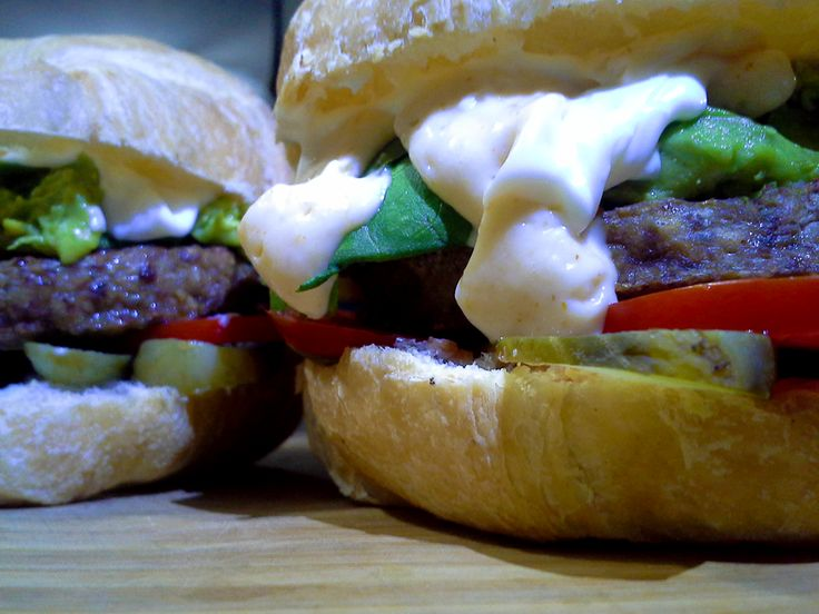 Burger...   croissant, Pepinillos, Tomate, Mayonesa, Lechuga