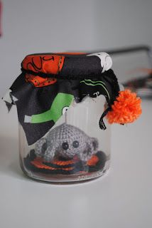 Spider in a jar, found on : http://funandfang.blogspot.nl/2010/09/free-pattern-spider-in-jar.html
