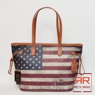 Shopper Y NOT Collezione P/E 2013 ART. B-319 33 - REVERSE corato  Shopper a spalla linea USA, due manici, tessuto cerato. Chiusura zip. 2 tasche interne aperte, una con zip. Larghezza: 31 cm Altezza: 29 cm Profondità: 16