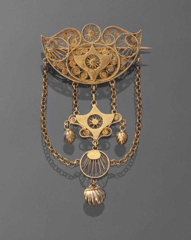 Gouden broche, Noord-Brabant, circa 1865 #NoordBrabant. Dit is een zgn. Borstzeuge. die zo midden 19e eeuw mode waren. Sommige zijn nog doorgedragen tot in de 20e eeuw. Katholieke vrouwen hadden er vaak een kruisje aan. Ook populair in Limburg en Twente.