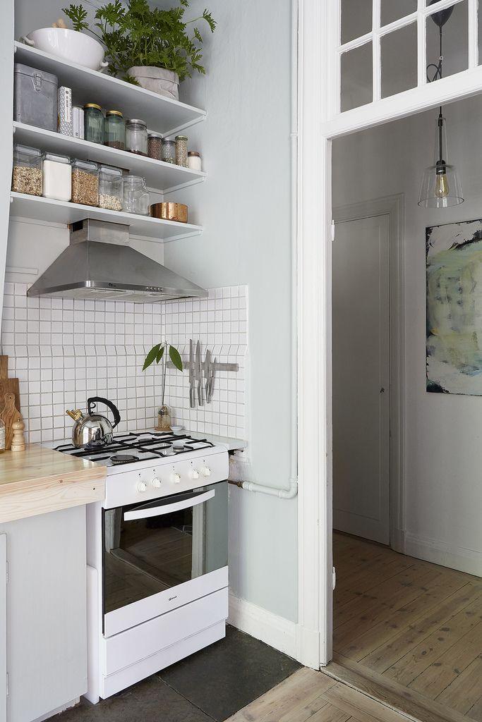 Мелкий белый кафель и вытяжка из нержавейки часто встречаются в интерьерах стиля лофт. .