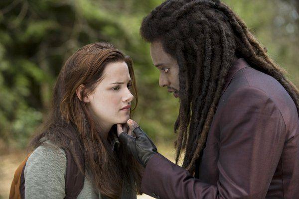 Still of Kristen Stewart (Bella) and Edi Gathegi (Laurent) in 'The Twilight Saga: New Moon'