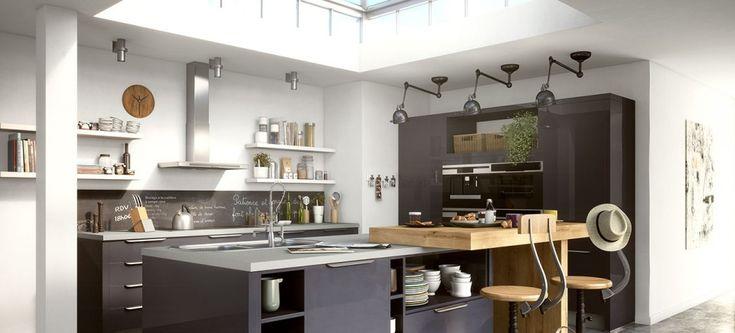 Une cuisine design, astucieuse et spacieuse Largement ouverte sur le salon, cette cuisine équipée Matera imaginée par Ixina offre à ce loft une touche résolument design et chaleureuse. Baignée par un bel éclairage naturel, cette cuisine va à l'essentiel avec son style à la fois intemporel par ses lignes épurées et industriel par ses détails …