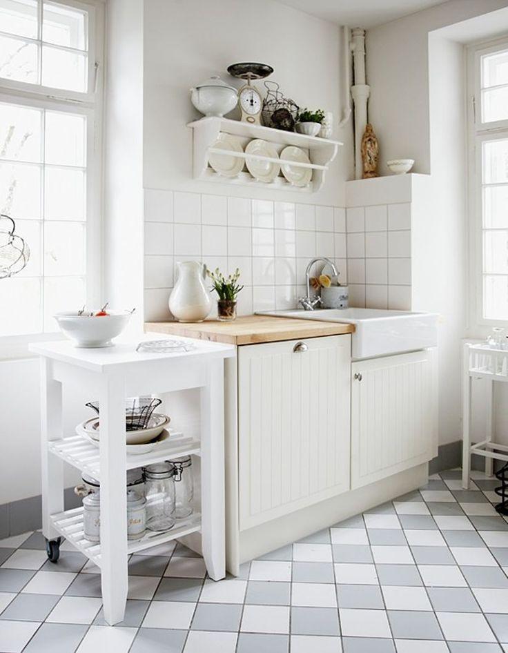 Gammeldags kjøkkenløsning. Sandra valgte å beholde kjøkkenets opprinnelige planløsning slik det så ut i 1910, selv om det gikk på bekostning av benkeplassen. Kjøkkenskap og vask er fra Ikea.