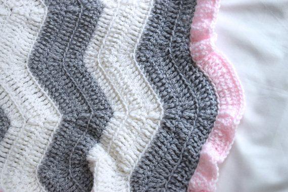Nota: Esta manta es hecho por encargo. Por favor espere hasta 2 semanas para poder hacer esta manta y enviar a usted. ¡Gracias! ------------------------------------ ¡Esta manta de bebé suave y acariciable hace un regalo perfecto! Gran tamaño para un cochecito o cuna, o para que su poco uno simplemente acurrucarse con. -Hecho a mano con amor -Colores: Blanco, gris, rosa claro -Dimensiones: (30 x 32) -Materiales: 100% acrílico hilo -Atención: Máquina lavable y dryable -Manta ganchillo en…