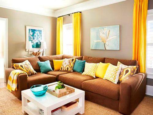 Decoração de sala em marrom, amarelo e azul