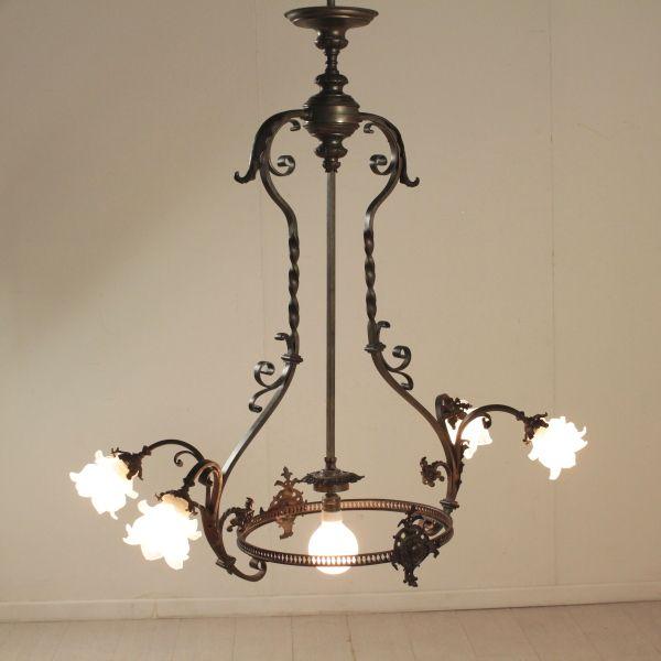 Lampadario a soffitto in bronzo lavorato; presenta due volute e cinque punti luce. Plafoniera mancante.