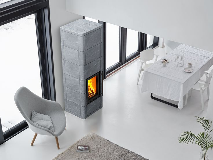 The design of Lampo resembles the Salvo masonry heater. The vertical door emphasises its modern appearance. The rounded corners and the grouping of tiles varying in size provide a refined, ornamental look to the fireplace.
