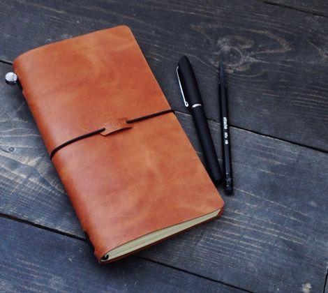 Traveller`s Notebook - самый востребованный блокнот 2015 года.  Секрет его популярности прост: он может быть каким угодно, стоит только подобрать подходящее наполнение: тетрадь в линейку или недельный планировщик, скетчбук с бумагой любой плотности и цвета, фотоальбом и даже сборник любимых рецептов. Вы создаёте свой, уникальный блокнот.  Блокнот вмещает одновременно от одной до пяти сменных тетрадей. Также можно добавить визитницу и удобно закрепить ручку. Вы также можете заказать…