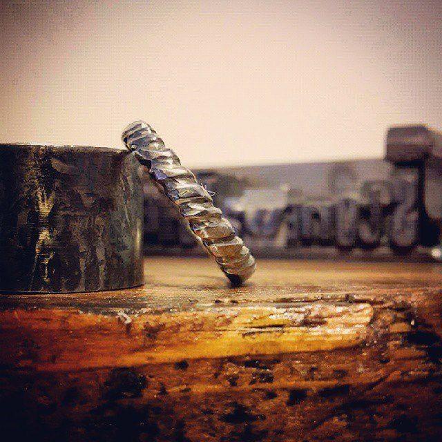 Anello in acciaio artigianale.. #itesoricoloniali #iron #rings #pendants #reggioemilia #collane #anelli #ciondoli #piastrine #arredamenti #acciaio #stonewashed