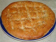 Turkse brood zelf bakken - Gebruik wat plantaardige melk ip v eigeel om te bestrijken en laat evt sesam weg.