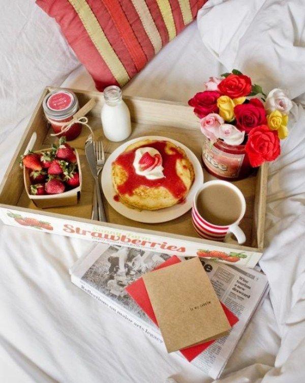 valentinstagsgeschenk frühstück bett erdbeeren pancakes rosenstrauß
