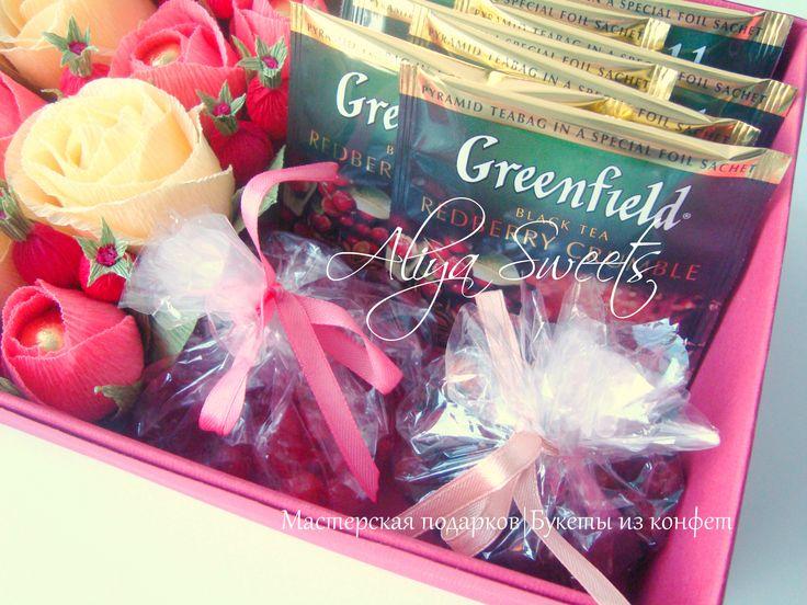 """Свит бокс """"Дивный сад"""" В составе чай Greenfield Redberry Crumble, в пакетиках сушеная вишня и сушеные ягоды шиповника, в цветах конфеты """"Золотые купола"""", в ягодках арахис в сахарной пудре Размеры: длина 25 см, ширина 15 см, высота 7 см"""