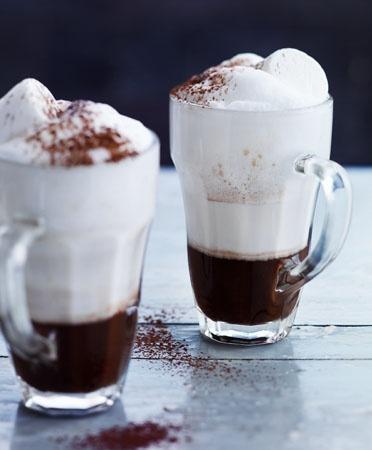 Warme koffie chocolademelk met marshmallows