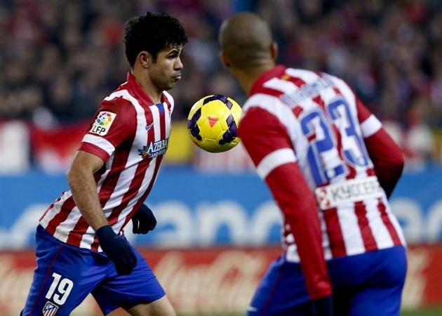GRA270. MADRID, 11/01/2014.- El delantero del Atlético de Madrid, Diego Costa (i) recibe el balón ante su compañero, el brasileño João Miran...