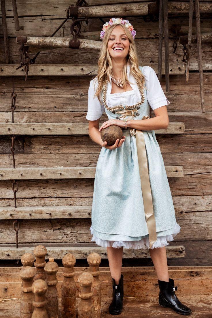 Glamour und Eleganz scheinen das erklärte Thema des Dirndls Sarah von Alpentrachten zu sein. In modischer Midi-Länge kombiniert die Tracht im klassischen Schnitt sanfte Blautöne mit einem ornamentalen Muster und glitzernden...