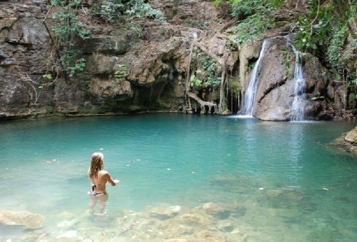 O visitante encanta-se facilmente com as diversas cachoeiras, lagos, cânions e um conjunto de cavernas único de Mambaí, no norte de Goiás.
