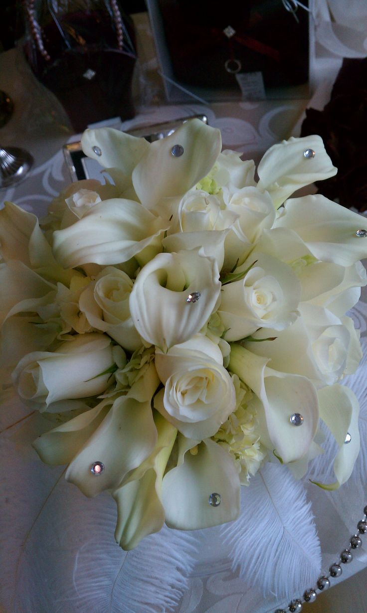 Hand-tied style bridal bouquet with callas and flowers. Accents of rhinestones.