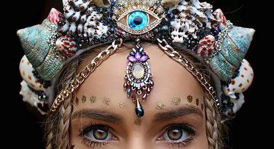 アーティストのchelsea shielsさんの制作する王冠(クラウン)がとても派手で豪華